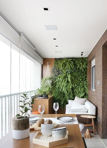 varanda com tijolos e jardim vertical
