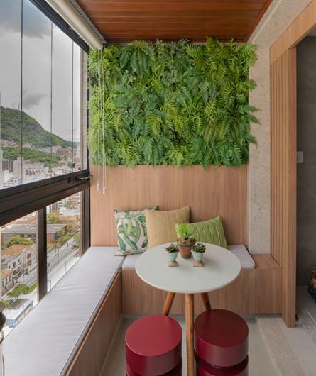 bancos na varanda e jardim vertical
