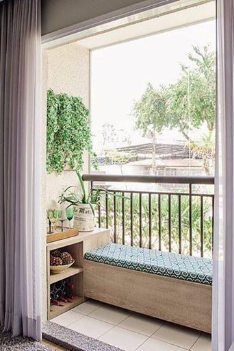 banco na varanda e plantas