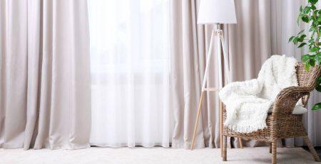 sala com cortina e poltrona