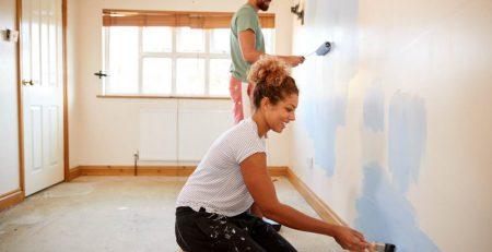 casal pintando a casa
